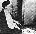 خمینی در نماز.JPG