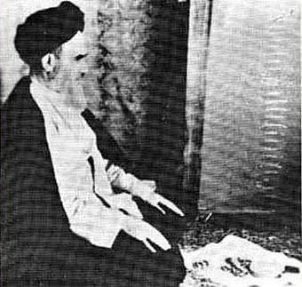 Khomeini in prayer khmyny dr nmz.JPG