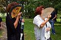 002p07g Pressekonferenz WasserKunst Zwischen Deich und Teich, Elana Glazunova (rechts) erläutert Barbara Brand ihre Installation VERNETZTE RETTUNG im Park vom Edelhof Ricklingen.jpg