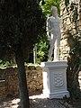 068 Castell de Púbol (Casa Museu Gala Dalí), estàtua a l'eixida.jpg