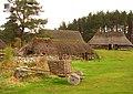 090 Highland Folk Museum (Newtonmore), Baile Gean, casa de pastor, al fons la casa del teler.jpg