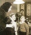 2ברעם השדרנים ומייסדת פינת הילד בקול ישראל במהלך הקלטה עם ילדים מתוך אוסף רשות השידור.jpg