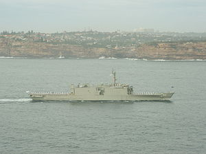 HMAS Manoora (L 52) - HMAS Manoora entering Sydney Harbour on the morning of 13 March 2009