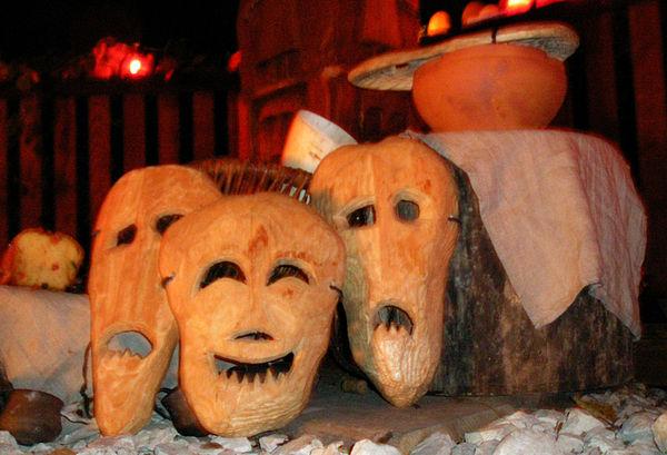 Maski (karaboszki) symbolizujące duchy zmarłych. Fot. Wikimedia Commons, autor: Gibich/www.R-K-P.prv.pl, lic. CC-BY-3.0.
