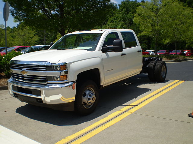 http://upload.wikimedia.org/wikipedia/commons/thumb/c/c9/2015_chevrolet_silverado_3500_hd_incomplete_wt_observe.JPG/640px-2015_chevrolet_silverado_3500_hd_incomplete_wt_observe.JPG