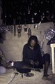 ASC Leiden - van Achterberg Collection - 02 - 23 - Un marchand Wodaabe occupé à enfiler un collier de perles - Agadez, Niger - 27 décembre 1996 - 11 janvier 1997.tif