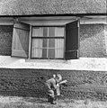 Achttiende-eeuws venster met luiken, spelend kind op de voorgrond - Aarlanderveen - 20003916 - RCE.jpg