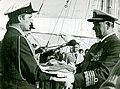 Admirał Ludwik Janczyszyn wręcza proporzec Marynarki Wojennej dla z.d.o por. mar. Czesława Dyrcza..jpg