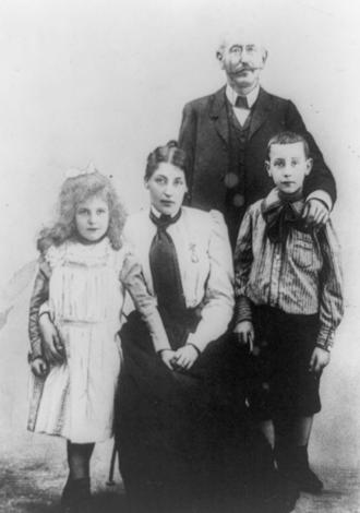 Alfred Dreyfus - The Dreyfus family, taken in 1905