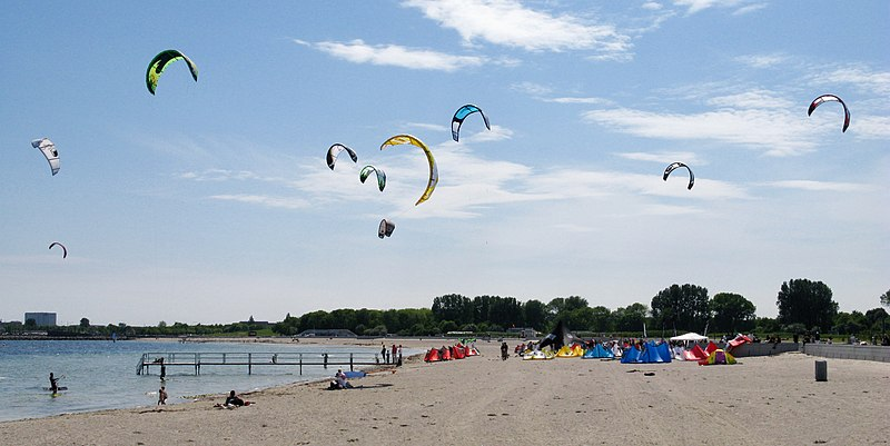 File:Amager Strandpark - kite surfers.jpg
