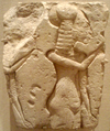 AmarnaRelief-TwoAmarnaPrincesses-OneWithSistrum02 BrooklynMuseum.png