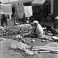 Bazar. Stoisko z wyrobami drewnianymi, specjalista lutujący czajniczki - Afganistan - 001946n.jpg
