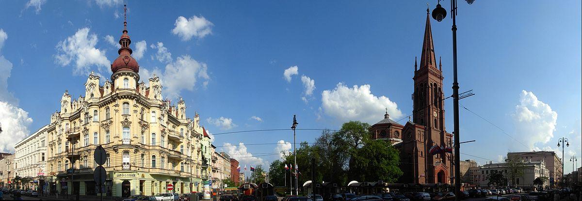 Polski: Ulica Gdańska w rejonie placu Wolności; po lewej neobarokowa kamienica (1899, Święcicki), po prawej kościół Świętych Apostołów Piotra i Pawła (1878, Adler)