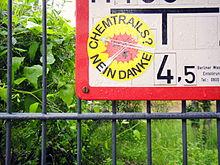 Autocollant à Berlin-Schöneberg indiquant: «Chemtrails? Non merci».