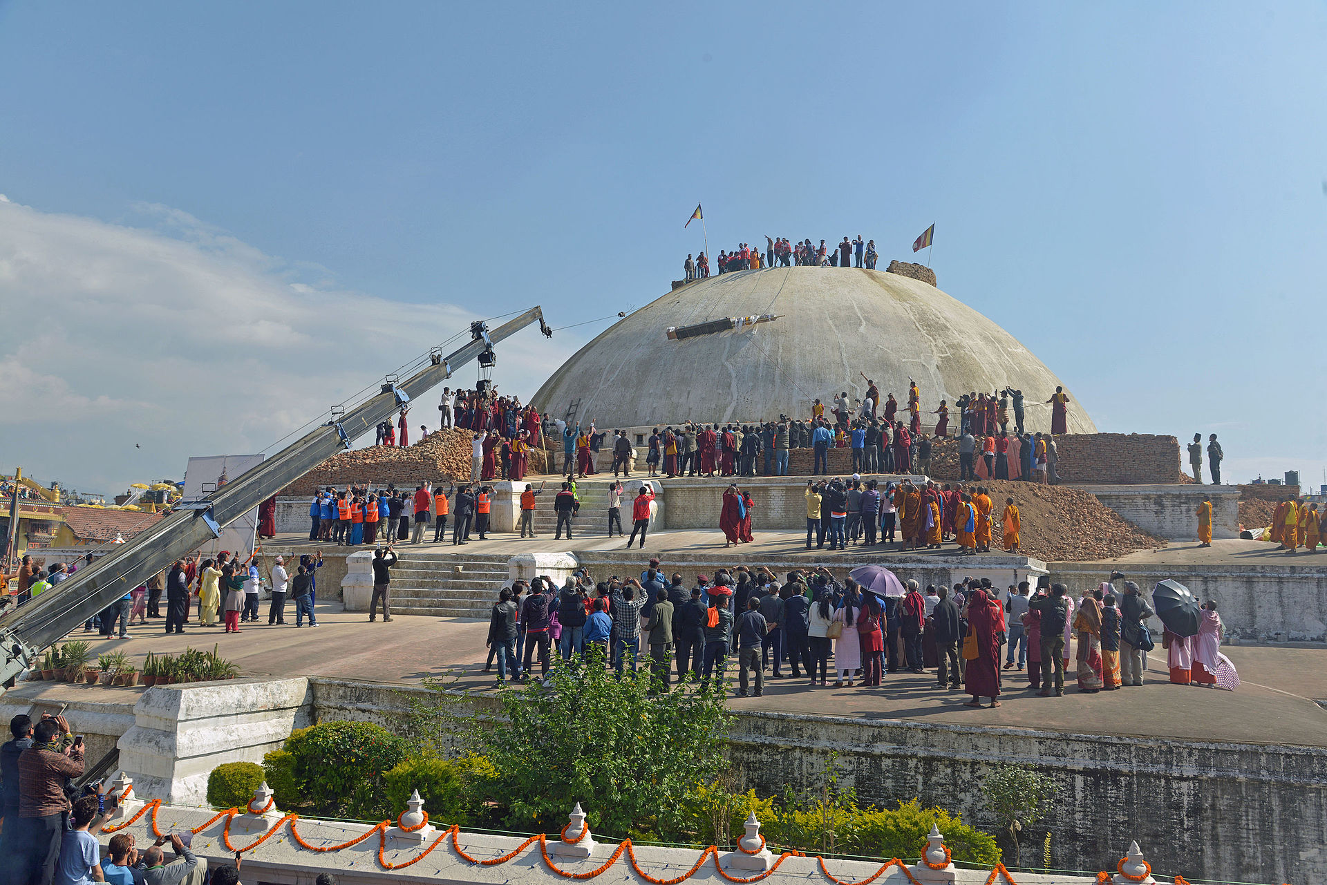 "Prosesi pemasangan Shok Sing atau Sokxin (""Pohon Kehidupan"") di Stupa Boudhanath, Kathmandu, Nepal, 3 November 2015."
