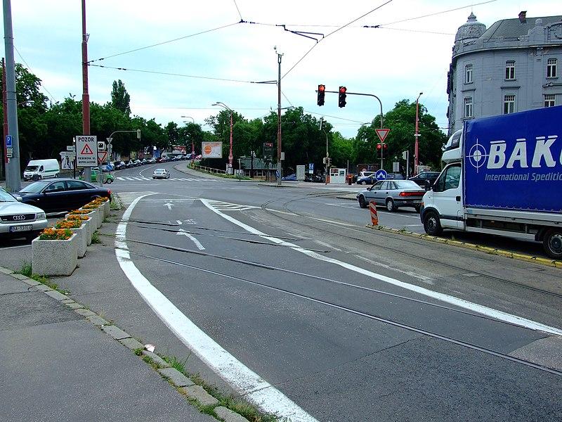 File:Bratislava, Staré Mesto, Šafárikovo námestie, zrušená tramvajová trať.jpg