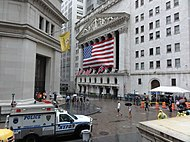 Pohled na New York Stock Exchange směrem od Federal Hall na Wall Street