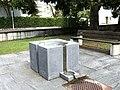 Brunnen bei Kirche St. Theresia 02.jpg