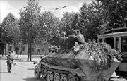Bundesarchiv Bild 101I-584-2170-05, Frankreich, Schützenpanzer in einer Stadt