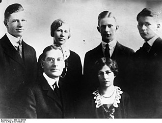 Curtis D. Wilbur - Image: Bundesarchiv Bild 102 00436, Curtis Dwight Wilbur mit Familie