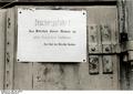 Bundesarchiv Bild 183-L24628, Polen, Ghetto Radom, Seuchenhinweis Recolored.png