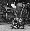 COLLECTIE TROPENMUSEUM Scene met de Barong en de aap uit een Barong- en Krisdans in het voorhof van de dorpstempel TMnr 20000303.jpg