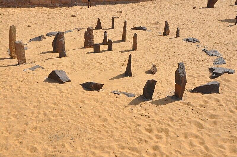 Nabta Playa Kalender Monument (Rekonstruktion im Aswan Nubia museum), Wikimedia Commons, Foto: Raymbetz