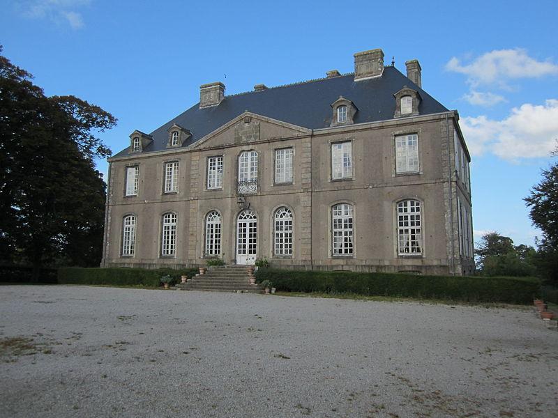 Château de Carneville, Manche Les communs datent du 17e siècle.  Le château est du 18e siècle.