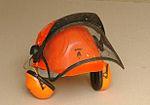 orejeras y visor en un casco de protección
