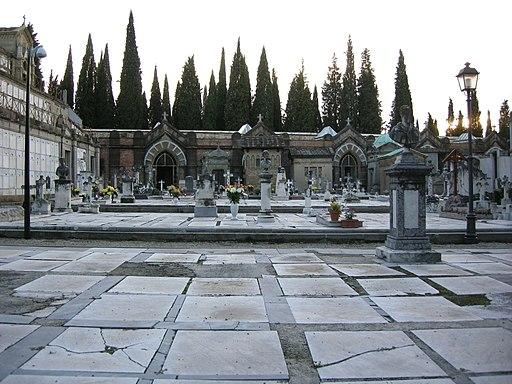 San Miniato al Monte, Cimitero delle Porte Sante, lapidi in marmo bianco