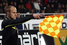 L'austriaco assistente dell'arbitro Clemens Schüttengruber indica un fuorigioco
