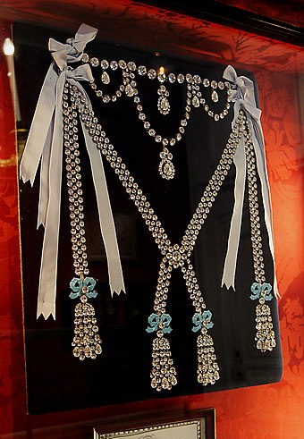Copy of the diamond necklace, Le Collier de la Reine, at Chateau de Breteuil Collier reine Breteuil.jpg
