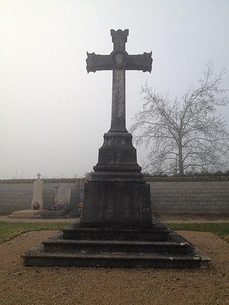 Croix du cimetière de Birieux.