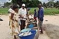 Des pêcheurs vendant du poisson à Kribi 4.jpg