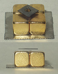 Diamagnetic graphite levitation.jpg