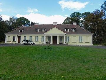 Dwór klasycystyczny rodziny Badenich z XIX w Branice 1.jpg