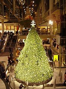 Un arbre de Noël au Centre Eaton de Toronto.  Noël est traditionnellement célébré le 25 décembre de chaque année.