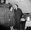 Echtpaar staand in hun woonkamer, Bestanddeelnr 252-9338.jpg