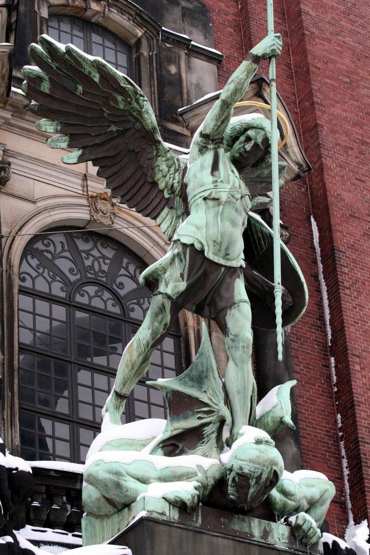 Erzengel Michael-Statue über dem Portal der St. Michaeliskirche Hamburg