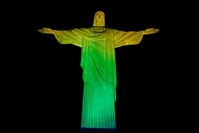 Estátua do Cristo Redentor nas cores da Bandeira do Brasil.jpg