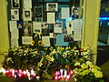 Estació de Sant Gervasi amb flors, espelmes i missatges per la mort d'en Alfonso Bayard P1470961.jpg