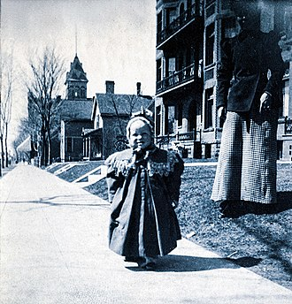 Fitzgerald, unbreeched as a child in Minnesota F Scott Fitzgerald and his mother St Paul Minnesota.jpg