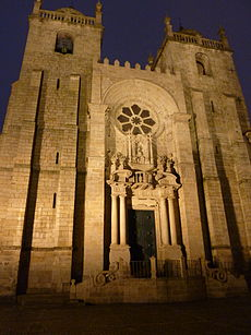 Façade of the Porto Cathedral by night.JPG