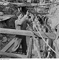 Fotothek df ps 0000282 002 Monteur beim Befestigen von durchhängenden Rohrleitun.jpg