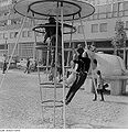 Fotothek df ps 0002995 Wohnhäuser ^ Kinder ^ Kinderbeschäftigungen ^ spielend.jpg