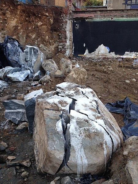 File:Fracturación de roca con cemento expansivo en Santiago de Chile.jpg