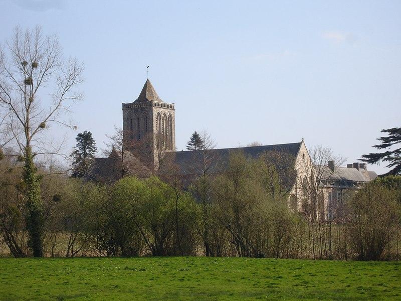 Fichier:France Manche abbaye lucerne de loin.jpg