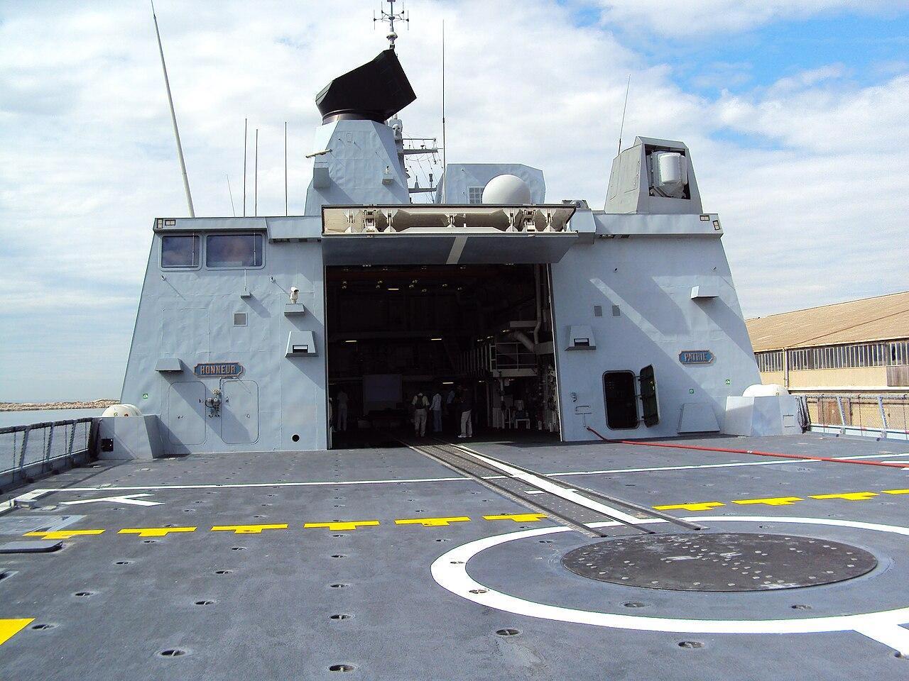 L'actu de la MARINE NATIONALE, de notre défense et de nos alliés /2 - Page 23 1280px-Fregate_Forbin_-_view_from_helicopter_desk