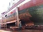 Fyrskibet har ligget stille i adskillige år i Nyhavn og alger og lignende har hægtet sig på dets sider (8446482577).jpg