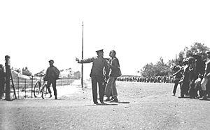 Face à face d'un policier et de Gandhi alors qu'il mène la grève des mineurs indiens en Afrique du Sud, 1913.